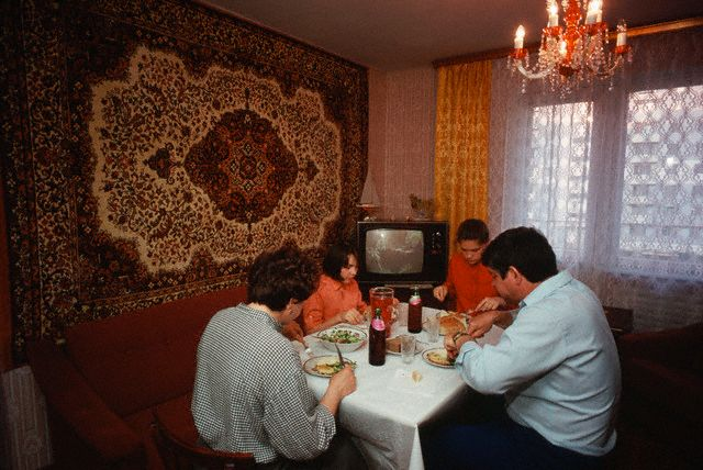 Советская семья за ужином, 1987 год